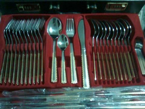 Unica vez, oferto juego de cubiertos de plata con bordes enchapados en oro