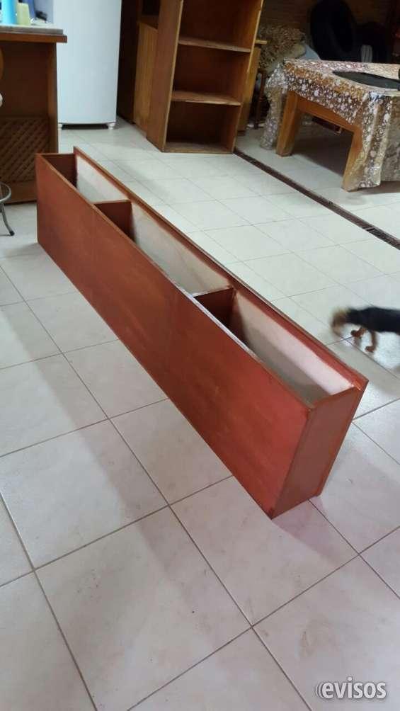 Estante colgante de madera
