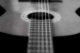 Profesor de guitarra clásica y popular.