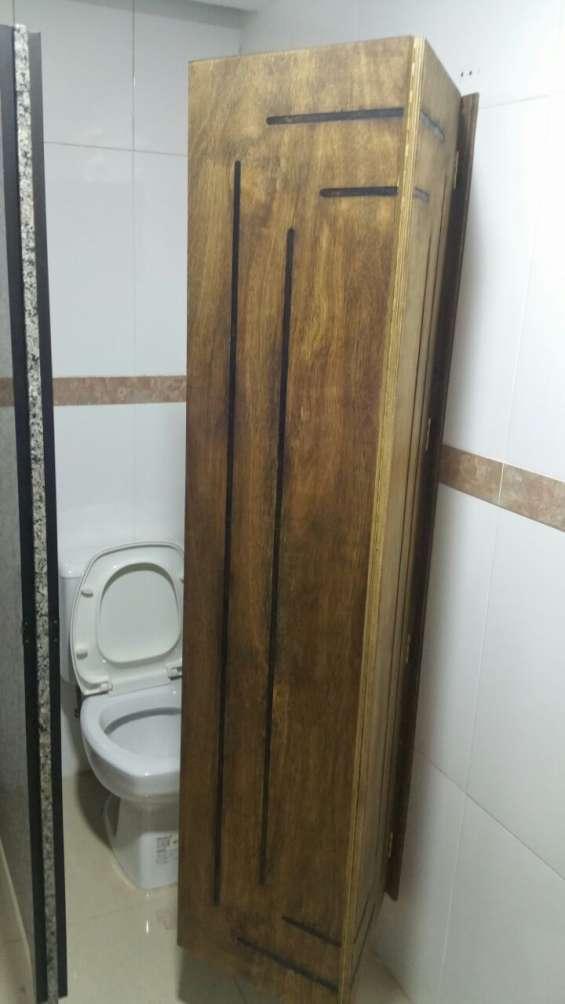 Puerta de madera tipo sanfonada para juegos de baños compartido